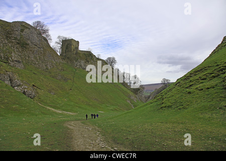 The Limestone Way at Cave Dale with Peveril Castle in the background, Castleton Derbyshire England UK - Stock Photo