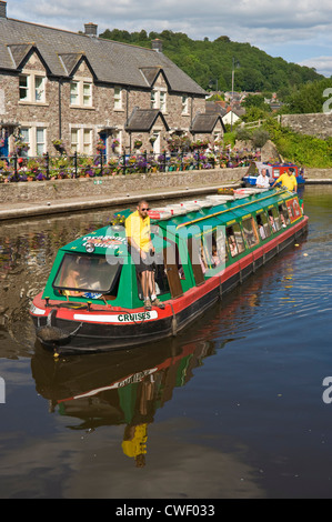 Picturesque canalside cottages and tourist narrowboat at Brecon, Powys, South Wales, Cymru, UK - Stock Photo