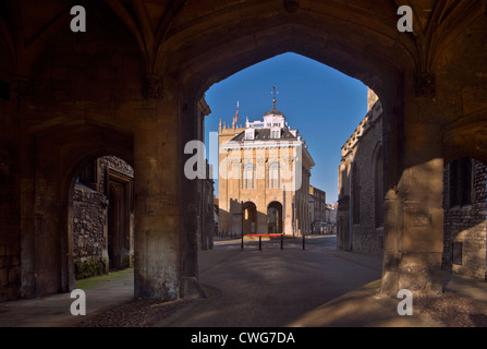 The County Hall, Abingdon-on-Thames, seen through the arches of the gateway to Abingdon Abbey grounds. - Stock Photo