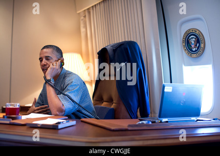 President Barack Obama talks on the phone with NASA's Curiosity Mars rover team aboard Air Force One during a flight - Stock Photo
