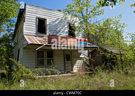 Abandoned service station store along Route 66 in Missouri - Stock Photo