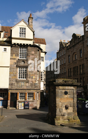 John Knox house and the Netherbow wellhead on the Royal Mile, Edinburgh, Scotland, UK. - Stock Photo