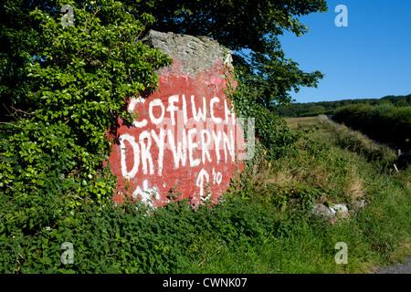 'Cofiwch Dryweryn' 'Remember Tryweryn' Welsh nationalist graffiti on roadside wall off A487 near Llanrhystud Ceredigion - Stock Photo