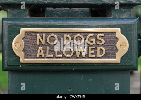 A 'No Dogs Allowed' sign on a green fence (on Eaton Square), London SW1, UK. - Stock Photo
