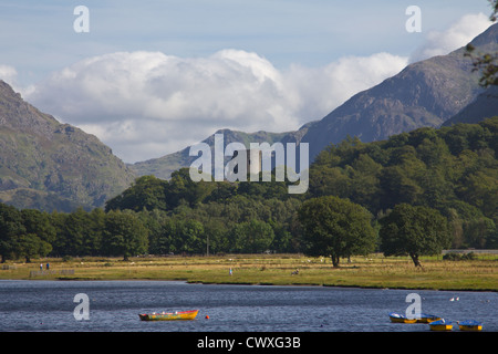 Dolbadarn Castle, mediaeval Welsh stronghold, overlooks Lake Padarn, Llanberis, set against the mountains of Snowdonia. - Stock Photo