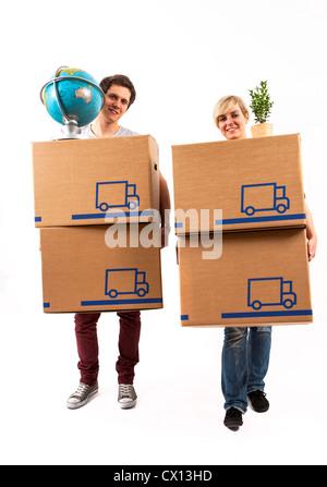 Symbolfoto Umzug, Auszug, umziehen. Junges Paar trägt Umzugskartons, Zimmerpflanze und Globus. Umzugskisten aus Pappkarton.