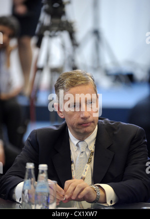 ITAR-TASS: ST PETERSBURG, RUSSIA. JUNE 17, 2011. Klaus Kleinfeld, chairman and CEO of Alcoa Inc., attends the discussion - Stock Photo