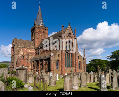 dh St Magnus Cathedral KIRKWALL ORKNEY Eastside of cathedral and graveyard orkneys - Stock Photo