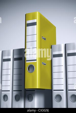 Ordner in einer Reihe, 1 Ordner ist gelb und ragt heraus - file folders, lever arches or ring binders in a row - Stock Photo