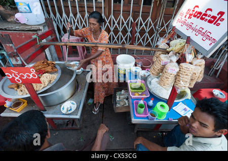 Street food vendor, Maha Bandoola Park Street, Yangon (Rangoon), Myanmar (Burma) - Stock Photo