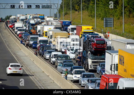 Stationary traffic gridlocked on four lanes of M25 motorway - Stock Photo