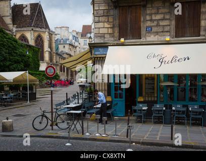 Street bistro in paris stock photo royalty free image for Paris restaurant jardin