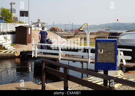 Lock keeper at work at Crinan canal lock at Ardrishaig. Scotland - Stock Photo