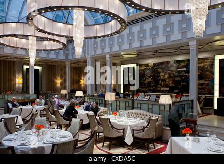 UK, London, the afternoon tea hall of the Lanesborough hotel in Hide Park corner - Stock Photo