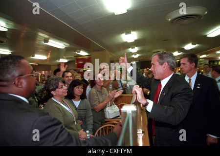 US President George W. Bush gives a thumbs up to Pentagon employees gathered in the cafeteria September 172, 2001 - Stock Photo