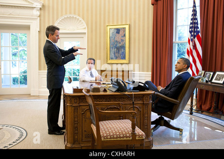 US President Barack Obama meets with Treasury Secretary Timothy Geithner and National Economic Council Director - Stock Photo