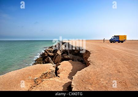 4x4 truck parked next to Dakhla cliffs. Dakhla, Western Sahara, Morocco - Stock Photo