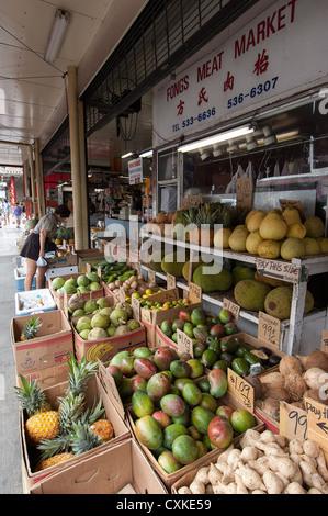 Elk284-1118v Hawaii, Oahu, Honolulu, Chinatown, woman shopping for fruit - Stock Photo