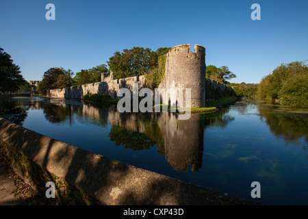 The moat and castle walls surrounding the Bishops Palace residence in Wells City. - Stock Photo