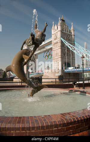 'Girl with a Dolphin' created by artist David Wynne in 1973 on the North bank of the River Thames near Tower Bridge. - Stock Photo
