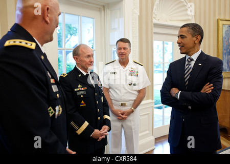 US President Barack Obama talks with, from left, General Ray Odierno, General Martin Dempsey and Admiral James Sandy - Stock Photo