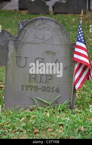 Old grave with USA 1776 - 2014 and R.I.P. engraved on tombstone - Stock Photo
