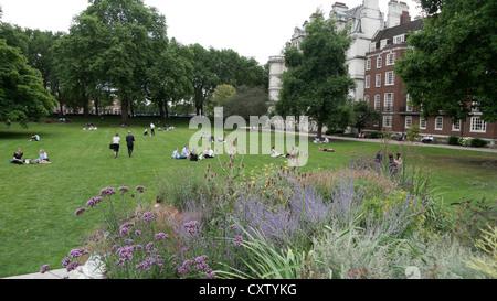 People relaxing in the Inner Temple Garden in summer in London, England, UK KATHY DEWITT - Stock Photo