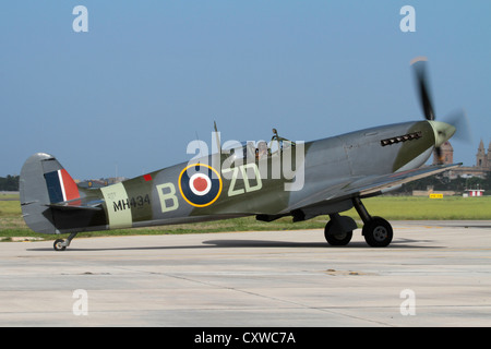 Supermarine Spitfire Mk IX World War 2 fighter plane taxiing on the ground for an air display - Stock Photo