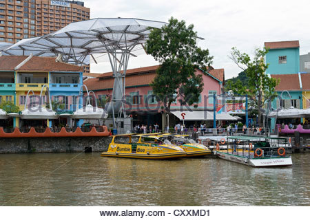 Sightseeing boats on the Singapore River, colourful quay buildings, at the hip party quarter at Clarke Quay, Singapore - Stock Photo