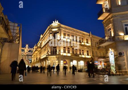 Street scene on the illuminated Fountain Square in the historic town centre of Baku, UNESCO World Heritage Site, - Stock Photo