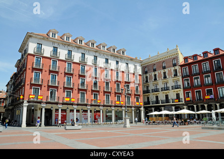 Market day plaza mayor leon spain locals and tourists for Oficina banco santander valladolid