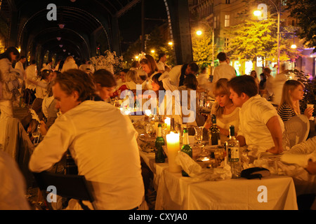 Dîner en blanc, flashmob gala dinner with everyone dressed in white, more than 2000 participants, underneath the - Stock Photo
