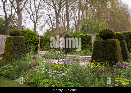 ... View Of The Contemporary Garden With Borders, Hedging And Topiary.    Stock Photo