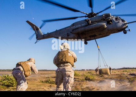 Marines assigned to Combat Logistics Battalion 26 (CLB-26), 26th Marine Expeditionary Unit (26th MEU) conduct helicopter - Stock Photo