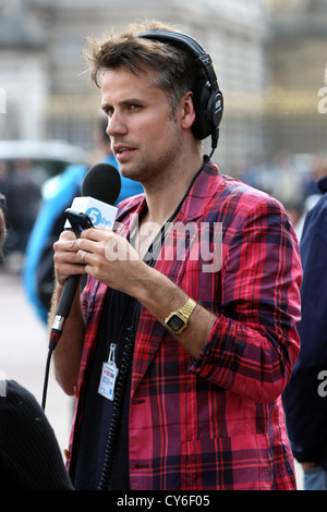 RICHARD BACON RADIO PRESENTER ON A OUTSIDE BROADCAST DURING THE ROYAL WEDDING IN 2011 FOR BBC FIVE LIVE. - Stock Photo