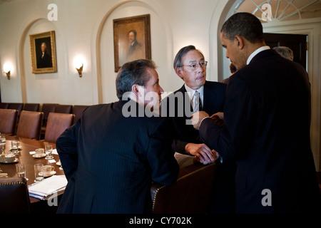 US President Barack Obama speaks with National Economic Council Director Gene Sperling and Energy Secretary Steven - Stock Photo