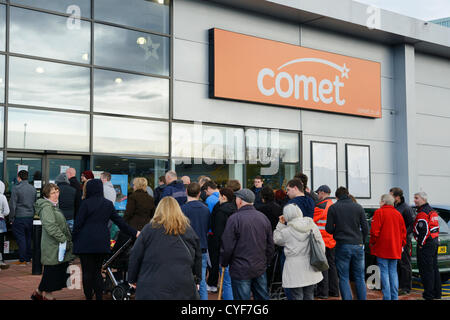 Chester, UK. 3rd November 2012. People wait for the 10am opening of the Comet store on the Greyhound Retail Park - Stock Photo