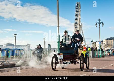 Passing Brighton Pier and the Brighton Wheel participants in the London to Brighton Veteran Car Run arrive at the - Stock Photo