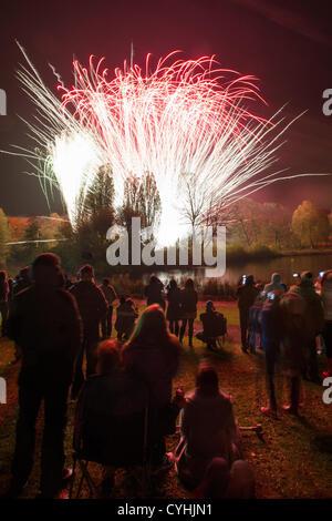 Stevenage, Hertfordshire, UK. 5 November 2012. Fireworks night commemorating the failed 'Gunpowder Plot, an attempt - Stock Photo