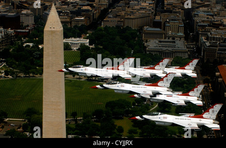 US Air Force Thunderbirds fly in formation past the Washington Monument May 22, 2007 in Washington, DC - Stock Photo