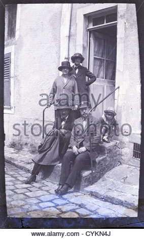 group on steps leading to front door 1900s - Stock Photo