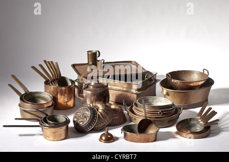Inventory of a castle kitchen, South German, 19th century 40 piece collection of copper utensils. A set of six saucepans - Stock Photo