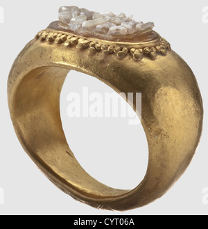 A Roman officer's gold ring,2nd/3rd century A.D. Of yellow gold. Heavy,hollow cast shank. The obverse set with a - Stock Photo