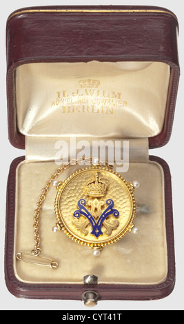 Empress Auguste Victoria, gift brooch in case Circular brooch of gold-plated non-ferrous metal, pin and attached - Stock Photo