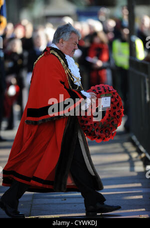 Brighton Sussex UK 11 November 2012 - The Mayor of Brighton and Hove Cllr Bill Randall lays a wreath at the Act - Stock Photo