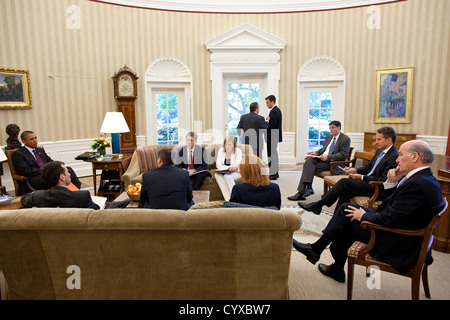 US President Barack Obama meets with advisors June 29, 2011 in the Oval Office of the White House. Participating - Stock Photo