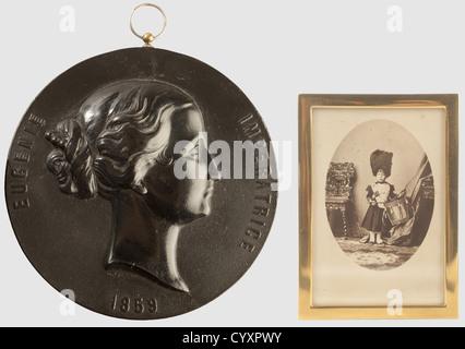 SECONDE REPUBLIQUE ET SECOND EMPIRE 1848-1870, Lot de deux objets, Médaillon représentant l'Impératrice Eugénie. - Stock Photo