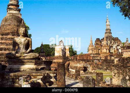 Wat Mahathat, Sukhothai Historical Park, Thailand | Wat Mahathat, Sukhothai Geschichtspark Sukhothai, Thailand - Stock Photo