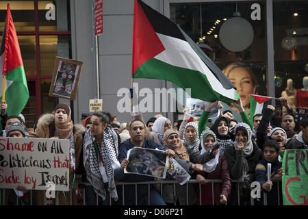 New York, USA. 18th November 2012. Simultaneous Demonstrations from pro-Palestinian & pro-Israeli groups  in Times - Stock Photo