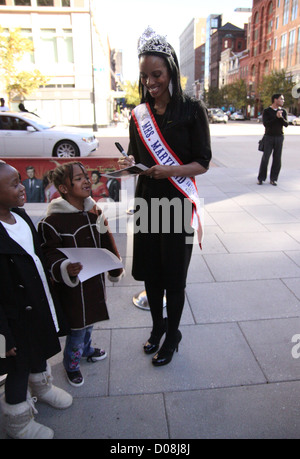 Mrs. Maryland America 2010 Raquel Riley Thomas meets and greets fans outside Madame Tussauds Washington D.C Washington - Stock Photo